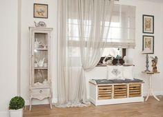 aranżacja jadalni,jadalnia w rustykalnym stylu,francuska witryna ,bielone meble prowansalskie,drewniana biała ławka ze skrzynkami,siedzisko z poduszkami,biała ławka z poduszkami,roleta rzymska na oknie,podpieta zasłona,szara zasłona z roletą,dekoracja okienna w jadalni,piekne dekoracje okienne,jak udekorowac okno w jadalni,leżące zasłony
