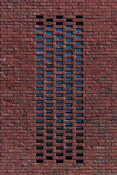 Rode gevelsteen van Wienerberger   Terca Classo Blauw-Rood Genuanceerd -Moonarchitects, Edegem Brick Design, Gate Design, Facade Design, Brick In The Wall, Brick And Stone, Brick Wall, Brick Fence, Brick Facade, Brick Architecture