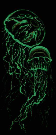 Картина с медузами выполнена акриловыми флюоресцентными и фосфоресцентными красками. Это позволякт светится изображению в темноте и в ультрафиолетовом свете.