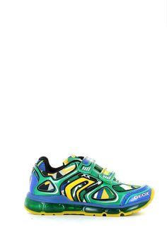 Sneaker con strappi in tessuto tecnico a rete multicolor verde, bianco, giallo e blu, con inserti in pelle, soletta antibatterica removibile in pelle e suola in gomma. . Il particolare in più? Le luci colorate che si accendono a ogni passo. Per rendere più allegre le passeggiate dei più piccoli, Geox ha pensato ad un modello illuminato da simpatiche lucine.  http://www.langolo-calzature.it/it/sneaker-android-con-strappi-e-luci