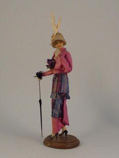 Mannequin de mode par LAFITTE-DÉSIRAT. datés de 1910 à 1916. en peau et cire pour la duchesse de Broglie, les couturiers rivalisent, pour elle, de raffinement et d'esthétisme. Des mannequins de cire lui sont présentés pour arrêter leurs collections. Le couturier Henry à la Pensée commande aux demoiselles Lafitte-Désirat cet ensemble de huit mannequins-poupées de présentation