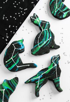 Remember the awesome galaxy donuts we wrote about last year? Well, hold your horses cause we just stumbled upon some constellation cookies that are shaped like animals!