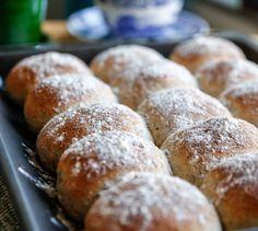 Jag fullkomligt älskar att baka bröd! Det är något med degen, att det går att variera så mycket, och doften när de bakas i ugnen... Det är så mysigt! Nu blev det ett bröd i långpanna, men... Fika, Calorie Counting, Bread, God, Breads, Bakeries
