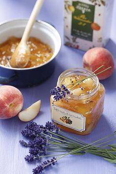 Pfirsiche waschen, abtropfen lassen und schälen. Die Früchte halbieren und den Kern entfernen. Den dabei austretenden Saft auffangen und mit dem in kleine Stücke geschnittenen Fruchtfleisch mischen. Die Zitrone sorgfältig waschen, halbieren, die Kerne entfernen und vierteln. Den Saft auf die Pfirsichstückchen träufeln, Bio Gelierzucker dazugeben und gut verrühren. Zugedeckt eine halbe Stunde durchziehen lassen. Frisch geschnittenen Lavendel ausschütteln. Die Blüten abzupfen. Fruchtmasse ein…