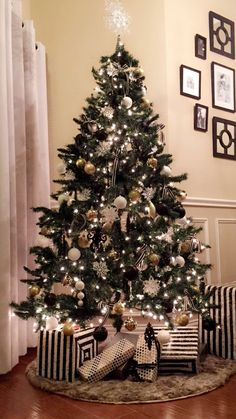 Awesome Black And Gold Christmas Decor Ideas. Here are the Black And Gold Christmas Decor Ideas. This article about Black And Gold Christmas Decor Ideas was posted  Black Christmas Tree Decorations, Black Christmas Trees, Diy Christmas Tree, Christmas Colors, Beautiful Christmas, Christmas Wreaths, Black White And Gold Christmas, Christmas Ideas, Harry Potter Christmas Tree