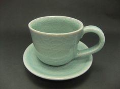 細かい貫入(ひび)が鮮やかで綺麗な模様になっています。高麗青磁の魅力である深く澄んだ水色が、くつろぎの時間を上品に演出してくれます。珈琲はもちろん、紅茶やお茶...|ハンドメイド、手作り、手仕事品の通販・販売・購入ならCreema。