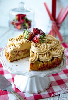 Raparperikakku.  Tämä kakku on yksi esimerkki siitä, miten paahdettua valkosuklaata voi hyödyntää. Vaahdotettuna se on ihana kuorrute, jota on helppo pursottaa niin kakkujen kuin muffinssien päälle. Parhaimmillaan makea vaahto on yhdistettynä jonkin kirpeän, kuten raparperin, kanssa.