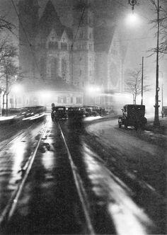 Lotte Jacobi, Nachts an der Gedächtniskirche, 1932.