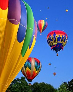 Bright blue sky and hot air balloons. Balloon Glow, Big Balloons, Balloon Rides, Wedding Balloons, Hot Air Balloon, Air Ballon, Blue Aesthetic, Beautiful Flowers, Cool Photos