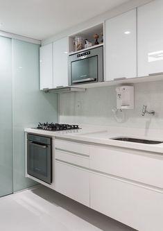 Cozinha pequena e com tons brancos. http://casadevalentina.com.br/projetos/detalhes/para-aproximar-a-familia-589