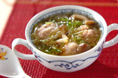 春雨がたっぷり入ったスープです。夜食にもおすすめ。肉汁がジューシーな豚肉団子はよく練り混ぜるのがポイント!豚肉団子のスープ/中島 和代のレシピ。[中華/スープ]2009.10.06公開のレシピです。