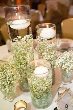Centre de table mariage theme nature, avec vase en verre avec bougies flottantes blanches