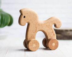 Juguete del empuje del caballo. Juguete del bebé de madera orgánica. Juguetes Waldorf para niños pequeños. Juguete natural de aprendizaje