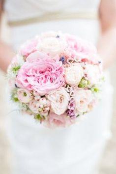 ramo de novia con flores y joyas - Buscar con Google