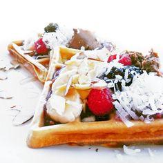 """Batáty jsou hlízy povijnice jedlé a často jsou označovány jako """"sladké brambory"""", přestože botanicky nemají sbrambory nic společného. Jsou ale bohatým zdrojem železa, vlákniny a vitamínů A, B, C a E. Vyrobit znich můžete třeba těsto na vynikající nízkotučné fitness vafle snízkým obsahem cukru. Breakfast, Recipes, Fitness, Food, Drinks, Morning Coffee, Drinking, Meal, Beverages"""