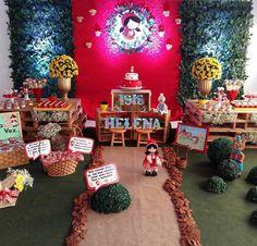 """""""Que amor de decoração  Chapeuzinho Vermelho por @maeefilhadecor ❤️❤️ amei o uso de pallets e caixotes para a composição. Ficou incrível.. #decorefesta…"""""""