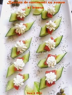 Cucumber boats with salmon and cheese-colors on your plate Nachos, Sushi, Wine Tasting Party, Romanian Food, Antipasto, No Cook Meals, Cucumber, Seafood, Catering