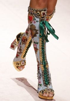 shoes wedding shoes comfortable wedding heels Dolce & Gabbana S/S 2019 Runway Details Fashion 2020, Look Fashion, Runway Fashion, High Fashion, Fashion Shoes, Fashion Outfits, Fashion Trends, Fashion Art, Fashion Vintage