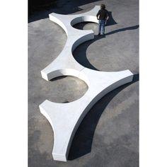 Folia est une banquette sans dossier fabriquée en béton. Elle ne nécessite pas de fixation au sol et ses formes géométriques en font un véri...