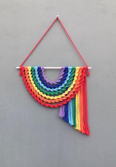 Macrame Wall Hanging Diy, Macrame Art, Macrame Design, Macrame Projects, Crochet Projects, Handmade Wall Hanging, Rainbow Decorations, Rainbow Wall, Macrame Patterns