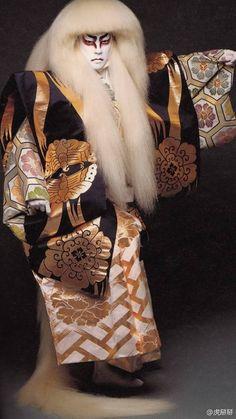 《人间国宝》Bando Tamasburo患有小儿麻痹,为了康复训练而自幼学习歌舞伎表演,才华尽显,终成坂东玉三郎五代目。被称日本的人间国宝。此外,他还有一位终身御用摄影师——筱山纪信。他崇拜梅兰芳,把昆曲和歌舞伎融合在一起,颇受好