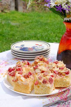 Łatwe ciasto drożdżowe z rabarbarem i migdałami