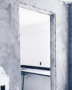 A visão da área de serviço pela cozinha: bancada pronta agora é mandar ver nos móveis! E nessa parede de cimento da cozinha vamos colocar um revestimento branquinho e hexagonal para dar mais um detalhe ao nosso caixotinho de concreto. Amor sim!