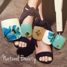 スモーキーフラワー♡ 夏から秋にかけてオススメのフットデザイン☆ #フラワー #デート #グリーン #夏 #秋 #リゾート #ブルー #ジェルネイル #ホワイト #チップ #フット #ショート #naturalbeauty #ネイルブック