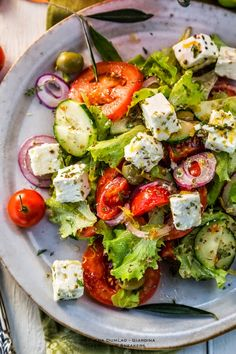 Apron and Sneakers - Cooking & Traveling in Italy and Beyond: Healthy Greek Salad salad salad salad recipes grillen rezepte zum grillen Plats Healthy, Healthy Salads, Healthy Eating, Healthy Recipes, Healthy Foods, Healthy Nutrition, Meat Recipes, Dinner Recipes, Healthy Food Delivery