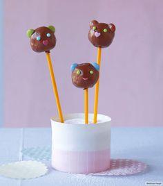 Getrocknete Beeren machen die Cakepops schön fruchtig. Das Outfit können Sie je…