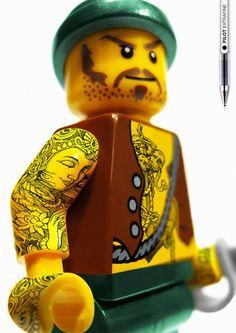 Tatuagem à caneta em bonecos lego