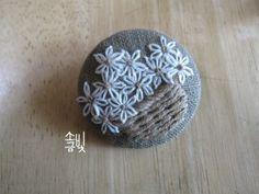 가을학기 첫 수업 꽃바구니 자수 응용으로 사이즈를 줄여서 작게 수놓아보세요~ 하고 완성해 본 꽃바구니 ... Hand Embroidery Art, Embroidery Patches, Ribbon Embroidery, Cross Stitch Embroidery, Embroidery Patterns, Fabric Brooch, Diy Buttons, Sewing Material, Needlework