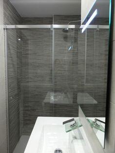 Reforma integral en Sant Gervasi | Cuarto de baño con ducha y mampara y grifo de diseño | por Accesible Reformas