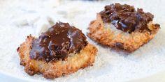 Kokosmakroner med sjokoladeglasur - Kokosmakroner kan lages med og uten sjokoladeglasur.