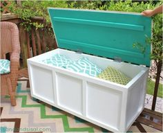 DIY Outdoor Storage Box / Bench - Sand and Sisal Store your summer pillows in this DIY outdoor storage bench. Full step by step plans included. Backyard Projects, Outdoor Projects, Home Projects, Backyard Ideas, Pallet Projects, Patio Ideas, Diy Storage Boxes, Bench With Storage, Storage Benches