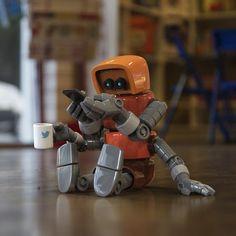 Los robots imitan a los humanos: se toman selfies mientras hacen ejercicio, se mojan pese a portar la indumentaria para evitarlo y hasta toman café por las mañanas mientras revisan su Twitter, segú...