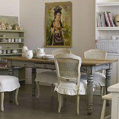 Mesa e cadeiras de palhinha patinadas em estilo provençal