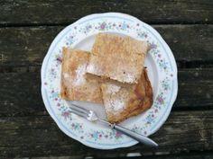 """Moje babička pekla štrúdl každý víkend, dokud byla domácí jablka ve sklepě. Jediná, která používala, byla jablka panenská a říkala jim """"panenšťáky"""". Nikdy ho nemotala, ale dělala přes celý plech. Pojďte si to vyzkoušet se mnou a jak jinak než z kvásku: French Toast, Dairy, Cheese, Breakfast, Food, Morning Coffee, Essen, Meals, Yemek"""