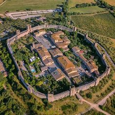 Visit Monteriggioni, tha small medieval town located near Siena famous for its perfectly preserved city walls and defensive towers Interesting Buildings, Beautiful Buildings, Beautiful Landscapes, Italy Tours, Europe Photos, Medieval Town, Cinque Terre, Siena, Historical Sites