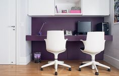 Combinaciòn de blanco y pùrpura en un escritorio para dos.