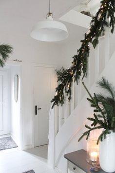 winterlicher kleiner Flur #solebich #einrichtung #interior #flur #corridor #kerze #candle #weihnachsdeko #christmasdecorations #lichterkette #zweige #tannenzweige #treppe #stairs Foto: BRITTA BLOGGT