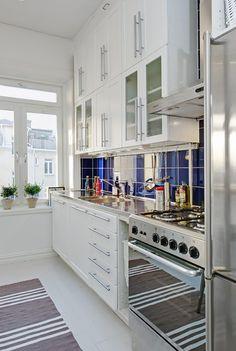 taburetes tolix muebles de ikea estilo sueco decoración estilo nórdico decoración pisos pequeños decoración interiores deconración interiores pequeños cocinas blancas cocina moderna cocina diáfana abierta al salón chandelier apartamento sueco