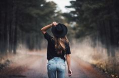 Helpful Fashion Photography Tips – Designer Fashion Tips Autumn Photography, Photography Poses, Fashion Photography, Outdoor Portrait Photography, Woods Photography, Travel Photography, Ideas Para Photoshoot, Photoshoot Inspiration, Fall Pictures