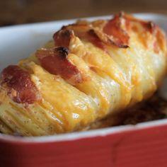 Três coisas deliciosas reunidas de um jeito incrível: batata com bacon e queijo.