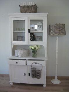 Landelijke buffetkasten Furniture Makeover, Home Furniture, Kitchen Dresser, Small Cabinet, House Inside, Home And Deco, White Decor, Home Renovation, Painted Furniture