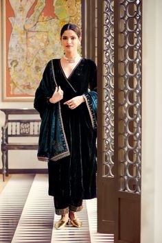 Party Wear Indian Dresses, Pakistani Dresses Casual, Designer Party Wear Dresses, Indian Bridal Outfits, Dress Indian Style, Indian Fashion Dresses, Pakistani Dress Design, Velvet Pakistani Dress, Stylish Dress Designs