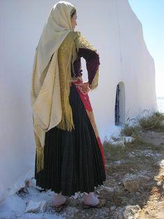 Τα Κατηφένια Επίσημη παραδοσιακή στολή της πόλης των Μεγάρων που την φορούν ακόμα και σήμερα σε διάφορες λαογραφικές εκδηλώσεις, παρελάσεις κτλ. Τα «κατηφένια», τα τελευταία χρόνια ήταν αποκλειστικά η νυφική φορεσιά των γυναικών αλλά αργότερα την φορούσαν και σαν καλή ενδυμασία. Αποτελείται από μια ζακέτα κοντή (ζιπούνι) από βελούδινο ύφασμα σε κόκκινο μπορντό κυρίως χρώμα, κατηφές (από εκεί πήρε και την ονομασία της) αλλά υπάρχουν και σε μελί, ροζ, βερυκοκί, σομόν ή μωβ. Greek Traditional Dress, Traditional Outfits, Attica Athens, Greek Dress, Folk Clothing, Headdress, Costume Design, Greece, Culture