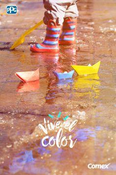 #ViveElColor de un día lluvioso con los más pequeños. ¡Un charco y unos barquitos de colores es todo lo que necesitas! #Colorful #Rain #Colors #Comex #Kids