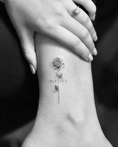 Girls: These little tattoos are mesmerizing - TattooBlend - Ge . - Girls: These little tattoos are mesmerizing – TattooBlend – Blessed by Drag Ink – - Little Flower Tattoos, Tiny Rose Tattoos, Flower Tattoo Designs, Foot Tattoos, Cute Tattoos, Beautiful Tattoos, Body Art Tattoos, Small Tattoos, Tiny Tattoo