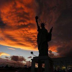 Hoje Curitiba nos presenteou com um céu sem igual. Esta foto ilustra o espetáculo que tivemos na nossa versão brasileira da estátua da liberdade. Resolvemos postar a foto do fotografo @dicastellano para inspirar seu fim de noite. #fotografia #inspiracao #curitiba